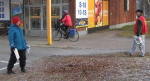 Tiedonantajaa myytiin Rytikarin K-marketin ja Hepolahden Salen edustalla. Tässä Jari ja Kerstin ovat Rytikarissa.