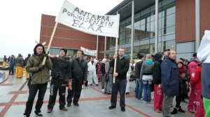 Kemi-Tornion ammattikorkeakoulun opiskelijat haalarimarssilla vastustamassa leikkauksia lokakuussa 2012. Kuva: Yle / Riikka Rautiainen